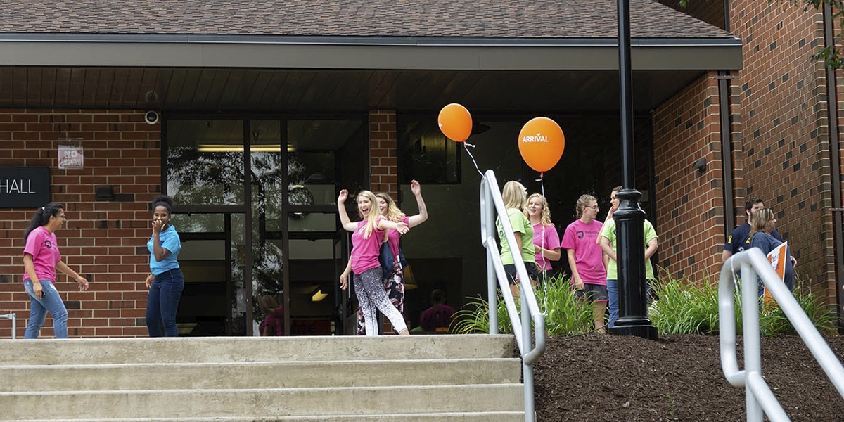 Orientation Leaders welcoming students to North Hall at fall arrival